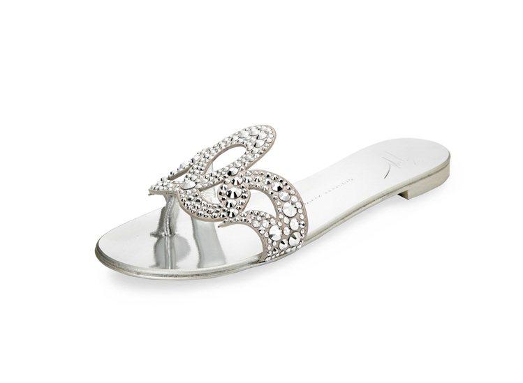 銀色水鑽皇冠平底涼鞋,售價28,800元。圖/Giuseppe Zanotti ...