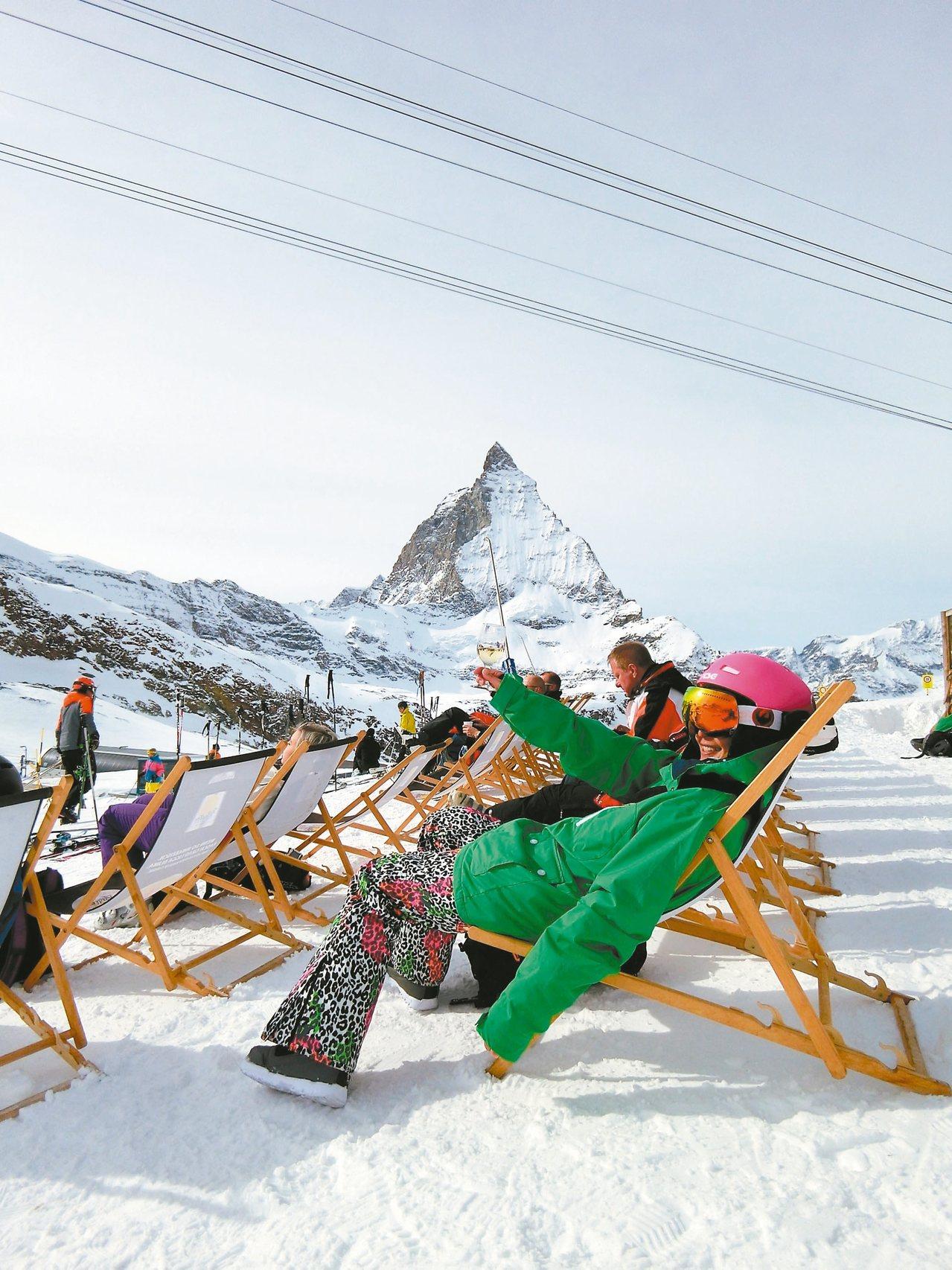 路嘉怡在馬特洪峰滑雪場中繼點享受曬太陽的優閒時光。 圖/寬寬整合行銷提供