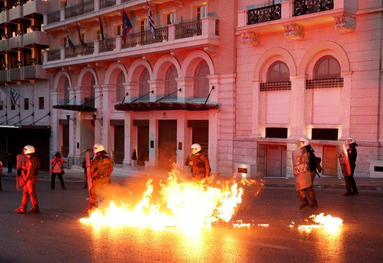 希臘民眾走上雅典街頭反撙節,有人向警方投擲汽油彈。 (路透)