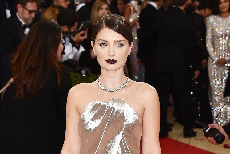 「深紫色巫婆唇」廣為流行。圖/Tiffany & Co. 提供