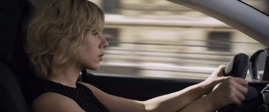 史嘉蕾喬韓森演出的電影「露西」,駕駛Peugeot 308大鬧巴黎街頭。 摘自P...