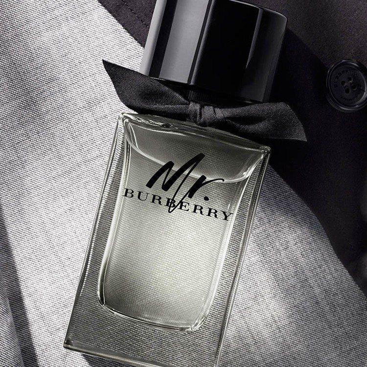 Burberry推出Mr.Burberry頂級淡香水,外型綴以蝴蝶結裝飾,共4種...