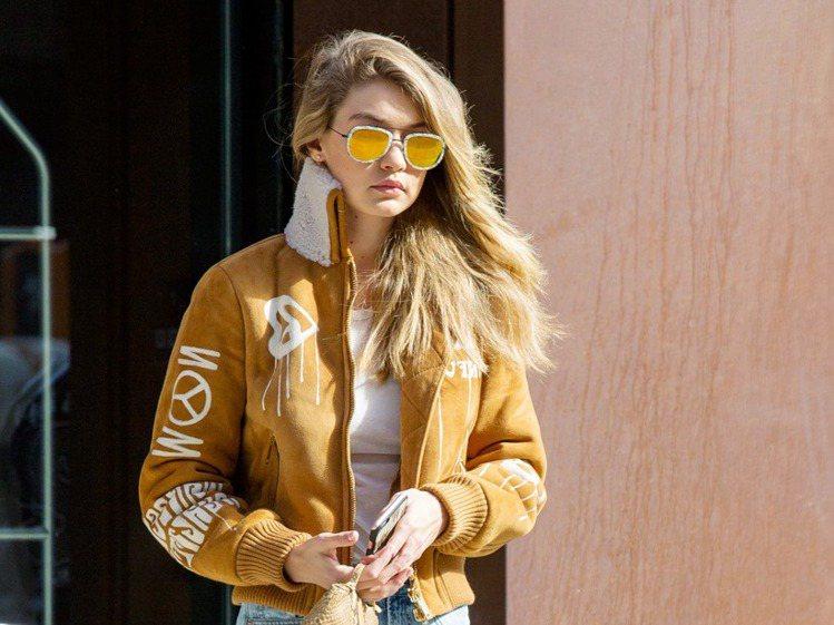 超模Gigi Hadid私下的造型總是太陽眼鏡不離身。圖/Clozzet提供