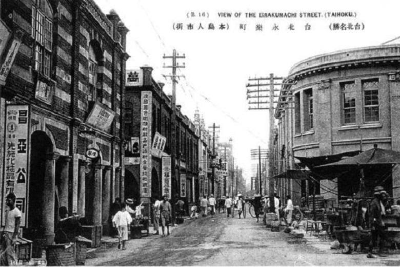 現在的迪化街,日治時期名為永樂町通,係以永和街及長樂街這兩條清代街名組成。 圖擷自莊永明書坊