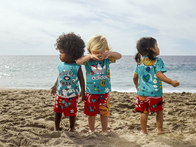 adidas Originals與菲董合作的聯名新裝,本季首度推出童裝。圖/ad...