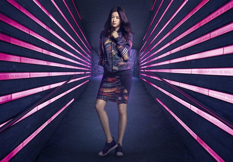 全智賢穿上adidas Originals by Rita Ora 光影折射新裝...