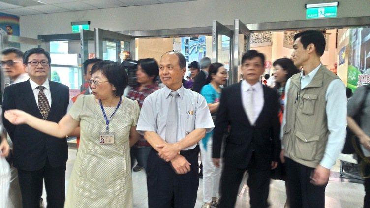財政部長張盛和(左3)今天到北區國稅局視察民眾報稅情況。記者陳俊智/攝影