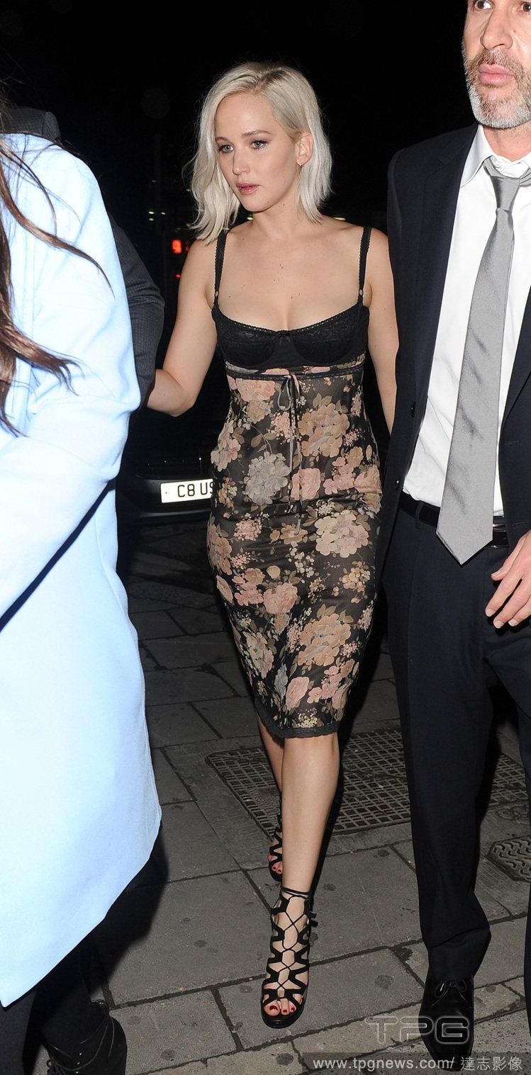 珍妮佛勞倫斯是內衣外穿的愛好者,近日她在倫敦參加一場派對時以一件黑色蕾絲拼接印花...