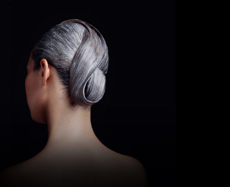 「無香波髮浴」概念,直接以「天后璀璨霜」來替代洗髮品,直接使用在已沖濕的頭髮上,...