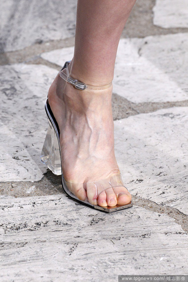 Loewe春夏透明涼鞋。圖/達志影像