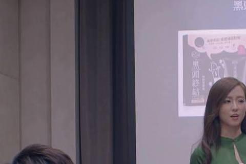 由李國毅、謝欣穎主演的《我和我的十七歲》,最近有觀眾發現戲裡面會有Ella「亂入」,原來是該劇與某家保養品廠商借辦公室場地拍攝,而剛好Ella有代言該家保養品廠的面膜,所以辦公室內有不少Ella的宣...