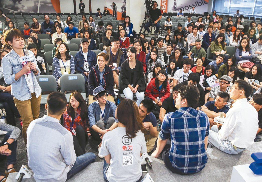 願景工程為青年尋路論壇,觀眾席地而坐,近距離與演講者互動。