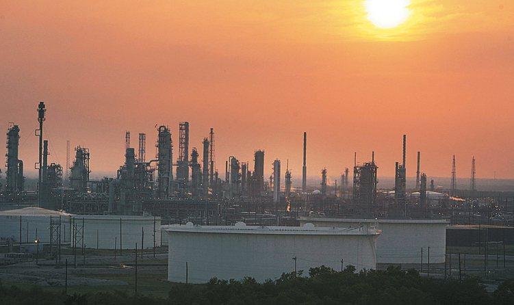 MSCI能源指數、原物料股相對大盤低廉,資源基金投資價值已然浮現。 美聯社