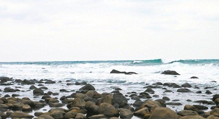 特殊礫石地形造就了跳石海岸的跳石銀瀾景色。 記者陳威任/攝影