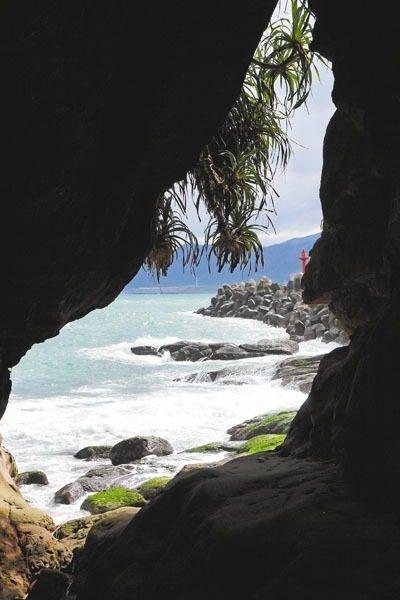 穿過一線天海蝕洞,即可看到神秘海岸。 記者陳威任/攝影