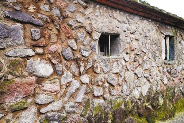 八煙聚落還保有砌石的傳統石屋。 記者陳威任/攝影
