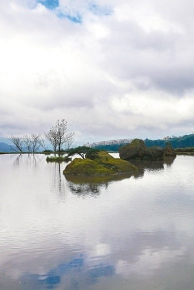 八煙聚落的水中央美到讓人猶如置身仙境。 記者陳威任/攝影