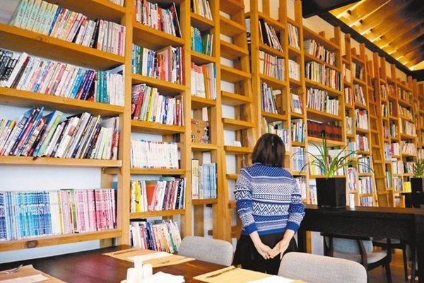 出霧書房不只是餐廳,更有滿牆的書可供閱讀。 記者陳威任/攝影