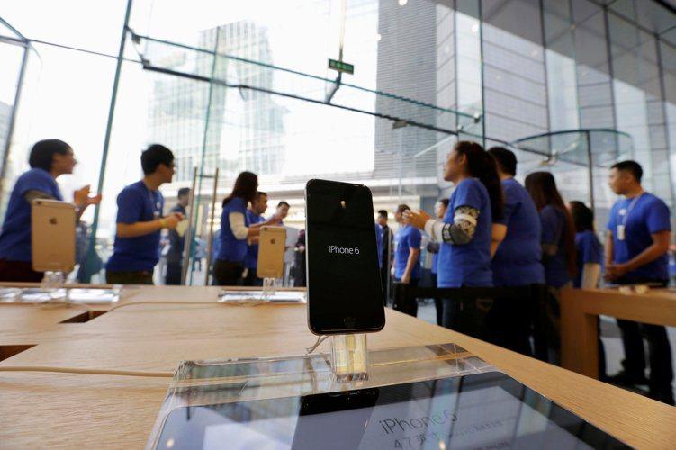 蘋果(Apple)是否布局無線充電,外界高度關注。圖為蘋果專賣店內的iPhone...