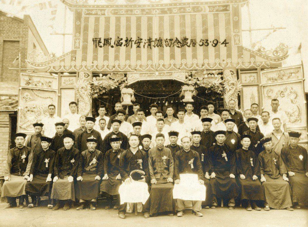 紅毛港飛鳳宮半世紀前建醮紀念照片。 圖/楊順發提供