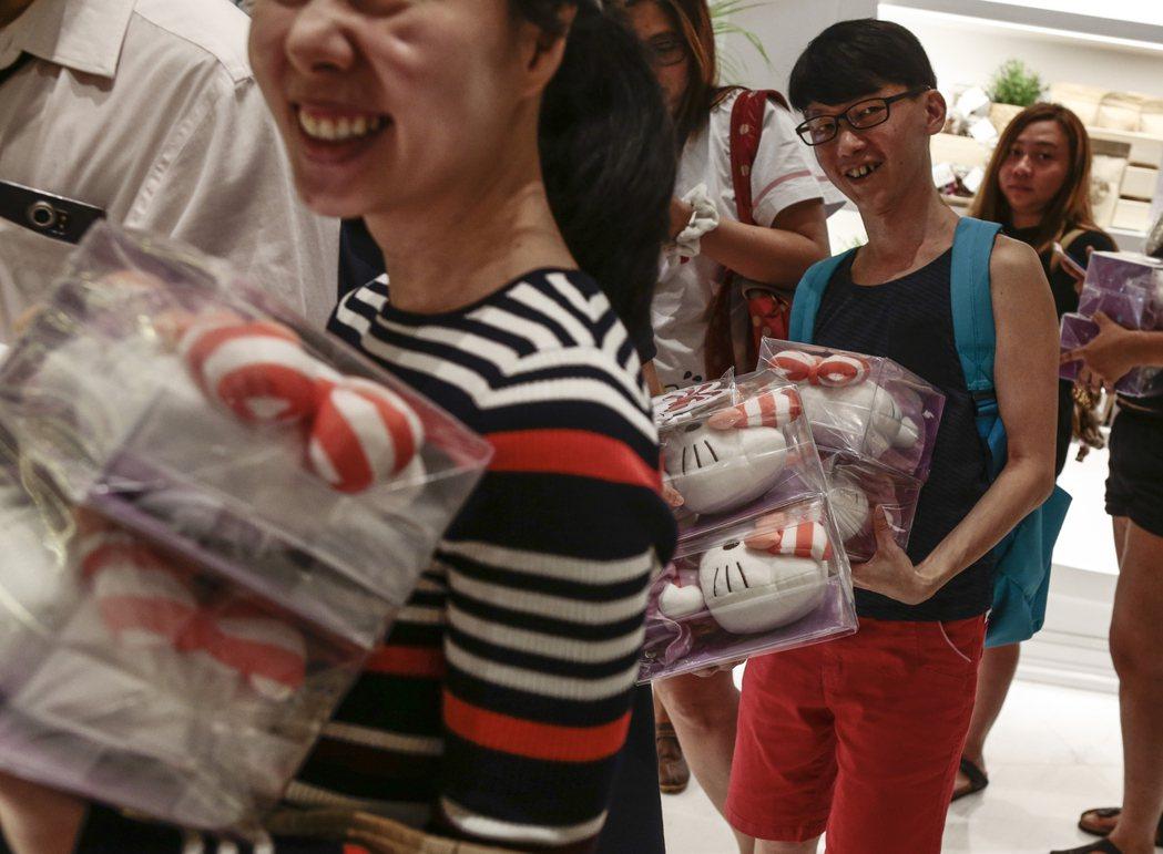 一位地理學者Elaine曾針對一批平均教育程度較高的新加坡年輕人訪問,詢問他們如...