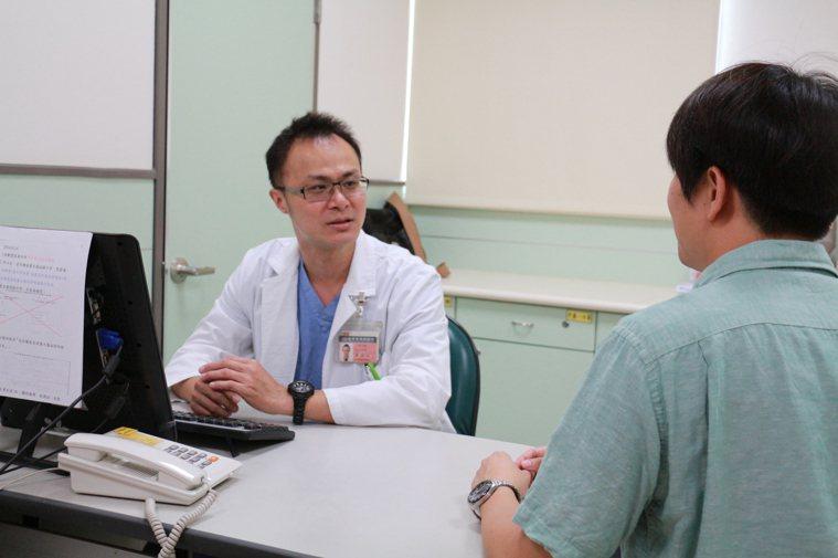 黃至仁(左)表示膽囊結石9成以上的患者會以為是胃痛而服用胃藥。記者謝恩得/攝影