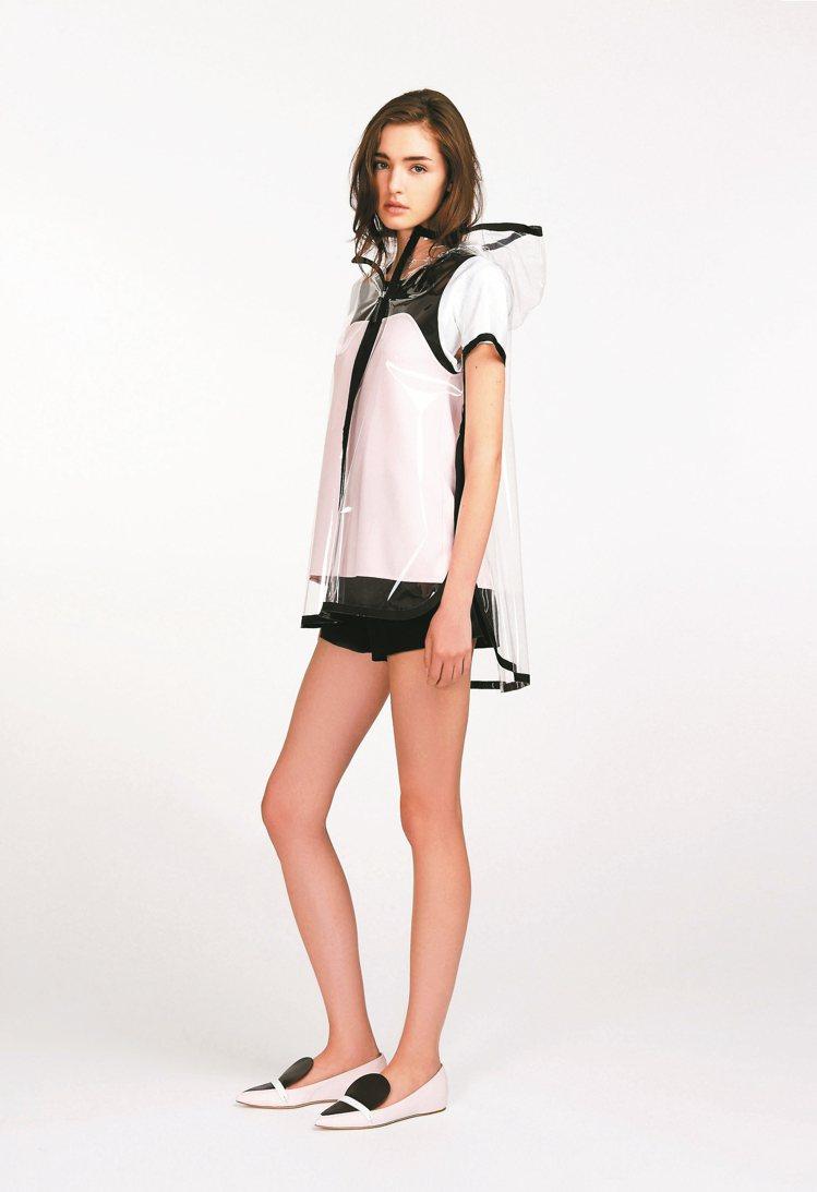 Longchamp透明雨衣罩在洋裝外,又是不同風情。 圖/業者提供