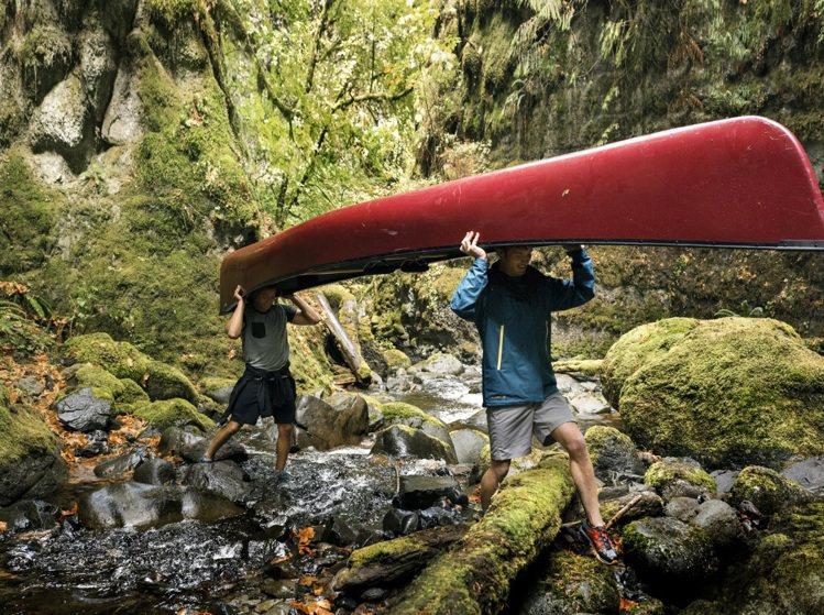 外罩防水外套,腳蹬快乾的水陸兩用鞋,就是夏天戲水的最佳裝備。圖/Merrell提...
