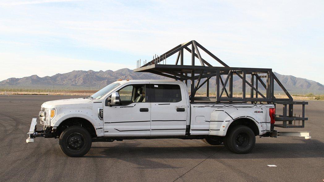 福特也為旗下重量級皮卡車款Super Duty模擬貨斗配置一棟小木屋,展示其載重...