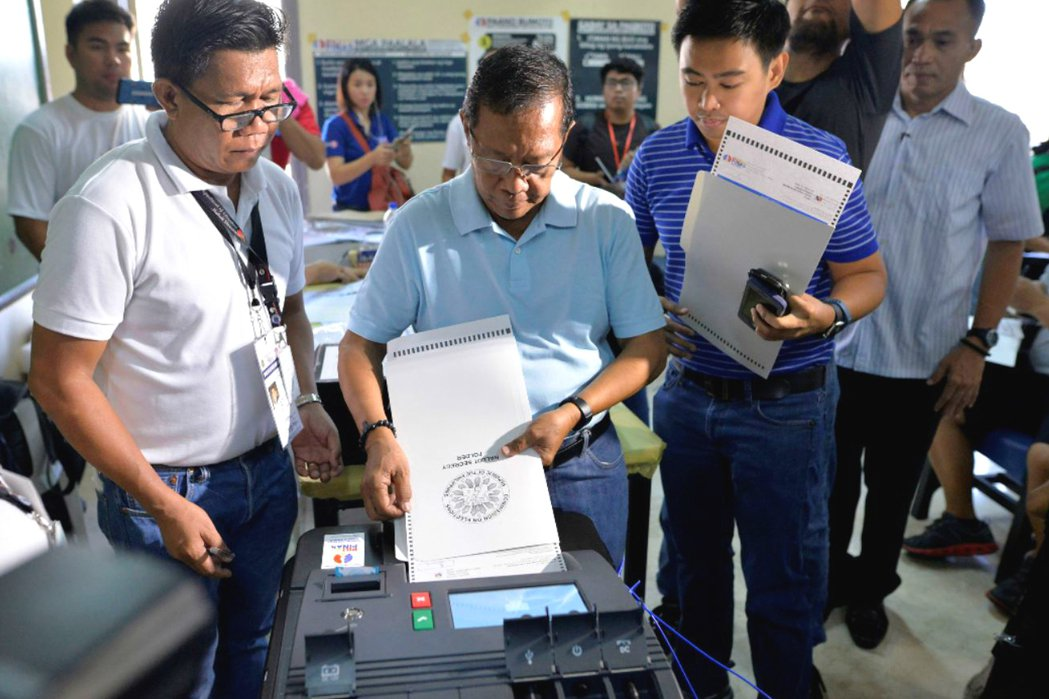 菲律賓副總統候選人Jejomar Binay進行電子投票。 圖/路透社