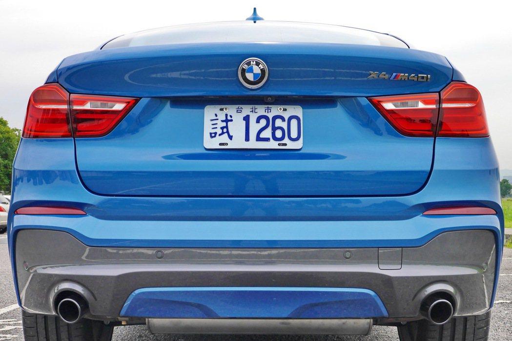 相較於一般X4,X4 M40i車尾更具層次感。 記者陳威任/攝影