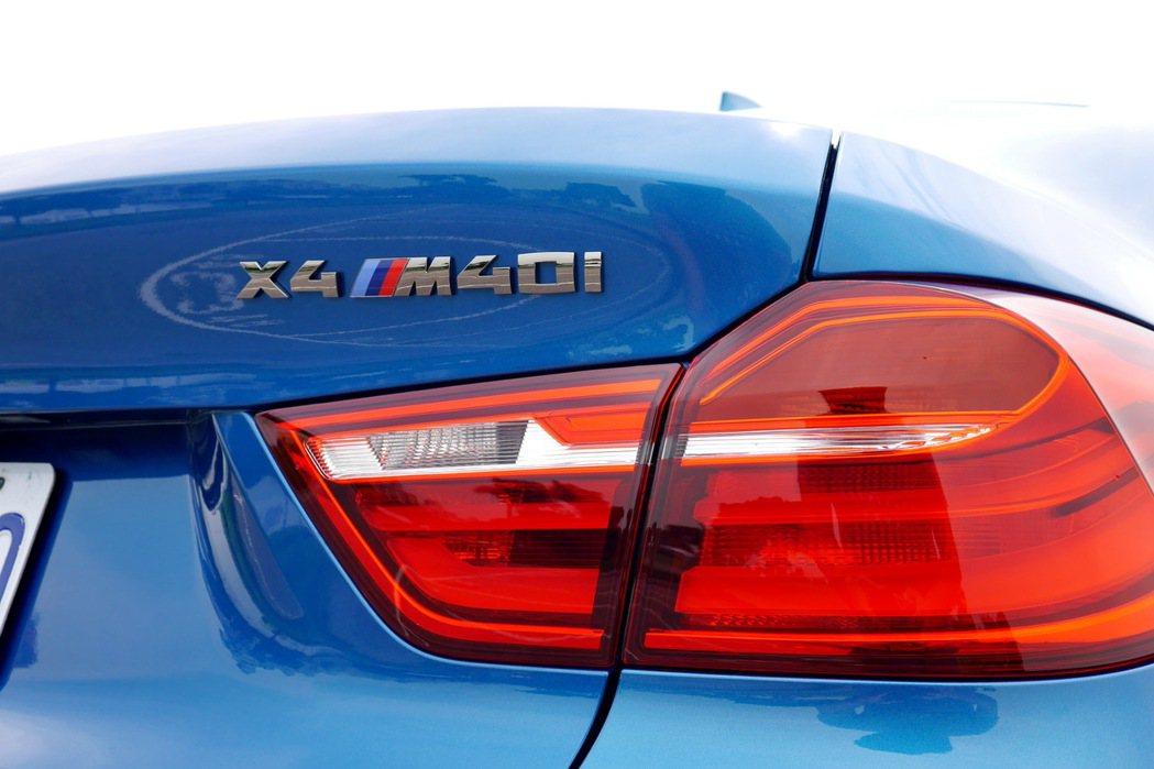 X4 M40i銘牌彰顯其特殊性。 記者陳威任/攝影