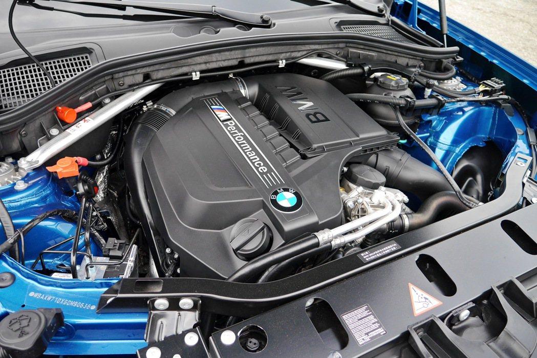 搭載一具排氣量2979cc的TwinPower Turbo直列六缸汽油。 記者陳...