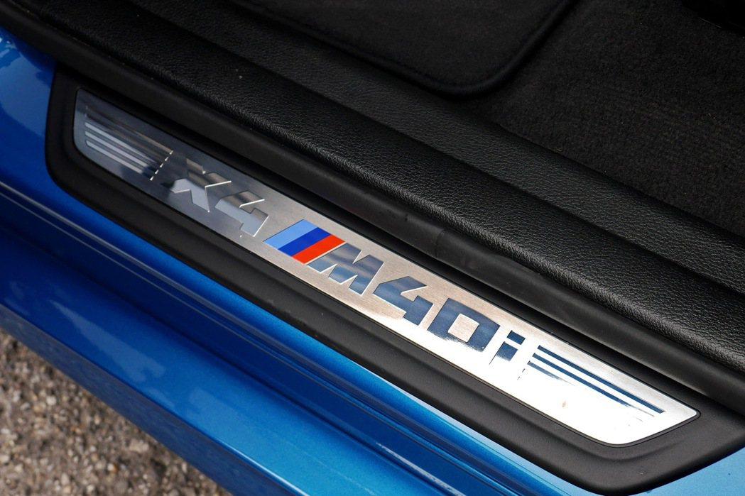 X4 M40i字樣門檻飾板,鑲嵌著BMW M三色標誌。 記者陳威任/攝影