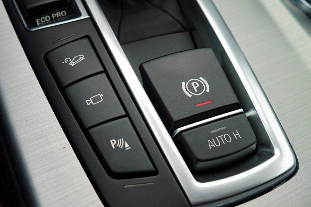 排檔座上更有包括AUTO HOLD及電子式停駐煞車等功能。 記者陳威任/攝影