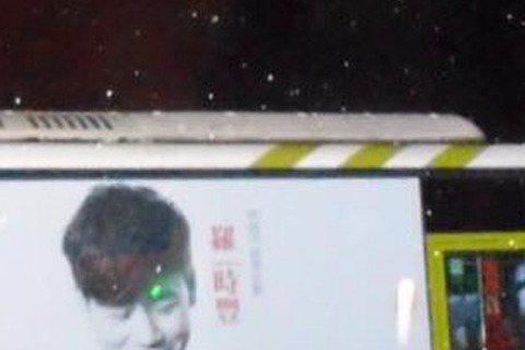 台語金曲歌王羅時豐日前宣布將在香港舉辦演唱會,最近他還如火如荼地準備要在小巨蛋開演唱會,主辦單位還與雙北客運業者合作,將宣傳海報印製在公車側面。海報中的羅時豐低著頭微笑,有網友還將他誤認為是林俊傑。...