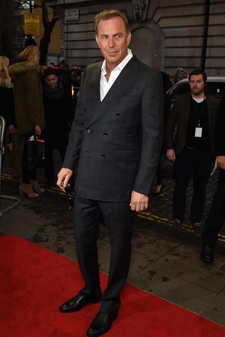 大叔男星Kevin Costner的深灰色雙排釦西裝,放蕩不羈卻不失明星光環。圖...