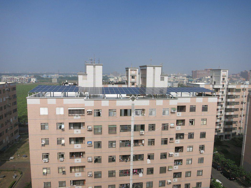 新市區永新社區E棟大樓設置太陽光電系統。圖/市府經濟發展局提供