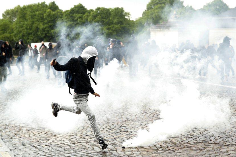 5月12日再一波警民衝突,煙霧彌漫抗議廣場。雙方激烈對抗強烈地折射出法國人民對當...