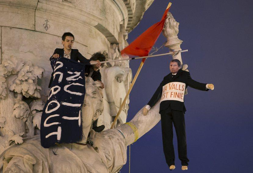 共和國廣場上掛著寫有「Vall完蛋了」人形布偶,強烈地傳達對總理(Manuel ...