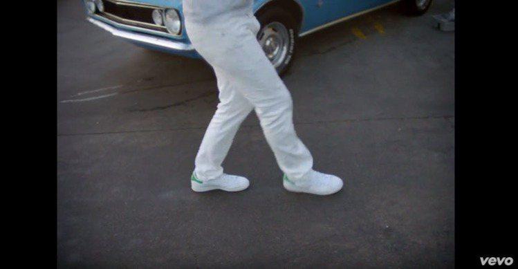 賈斯汀在MV中以一身白衣白褲配adidas Originals人氣鞋款Stan ...