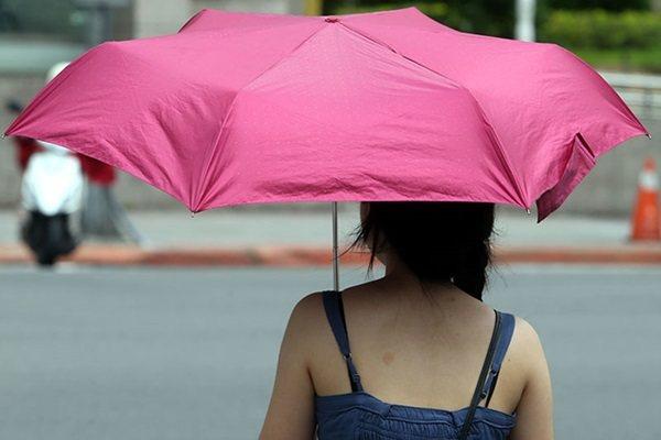 氣溫愈來愈高,醫師提醒民眾,要防範陽光中紫外線和紅外線對皮膚的傷害,外出時盡量撐...