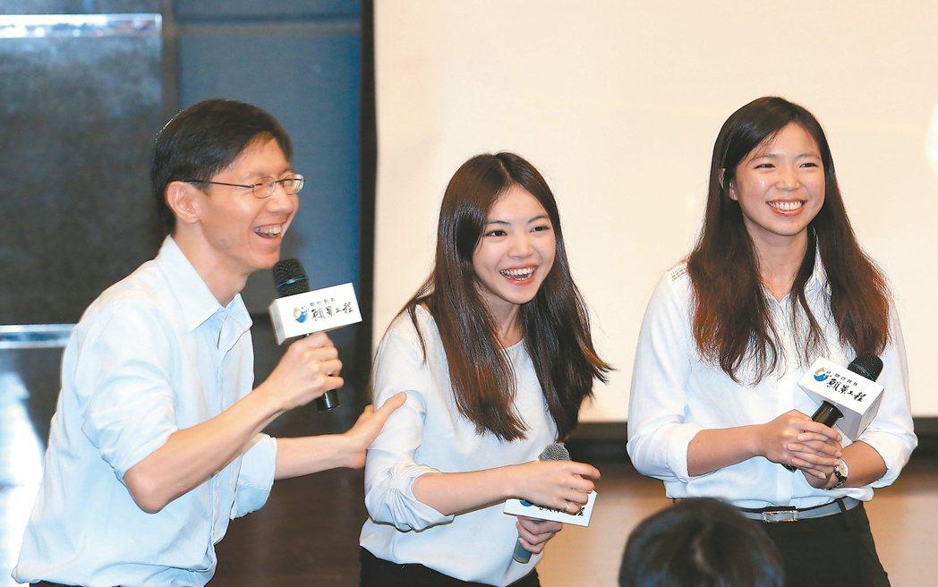詹依靜(右,众社會企業產品發展部經理)、黃孟淳(右二,众社會企業共同創辦人)暢談...