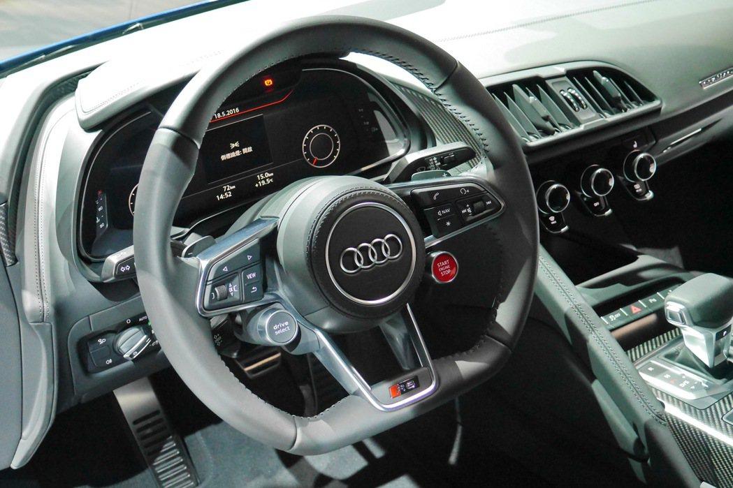 平底式真皮賽車多功能方向盤整合多項功能。 記者陳威任/攝影