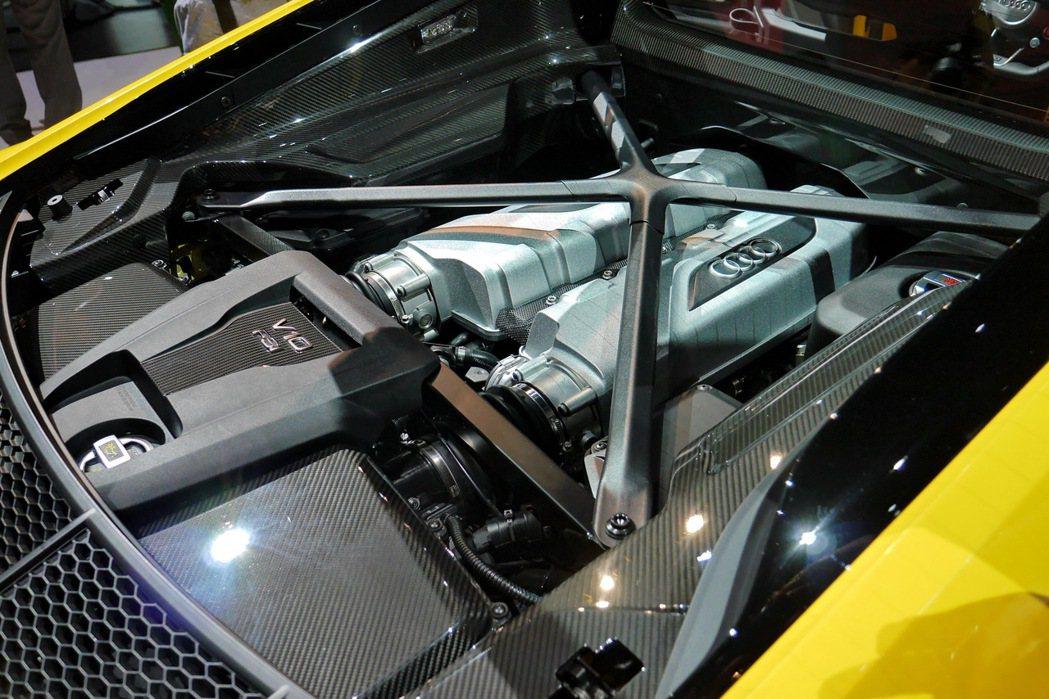 排氣量5204c.c.的FSI缸內直噴V10自然進氣引擎採用90°夾角設計,採用...