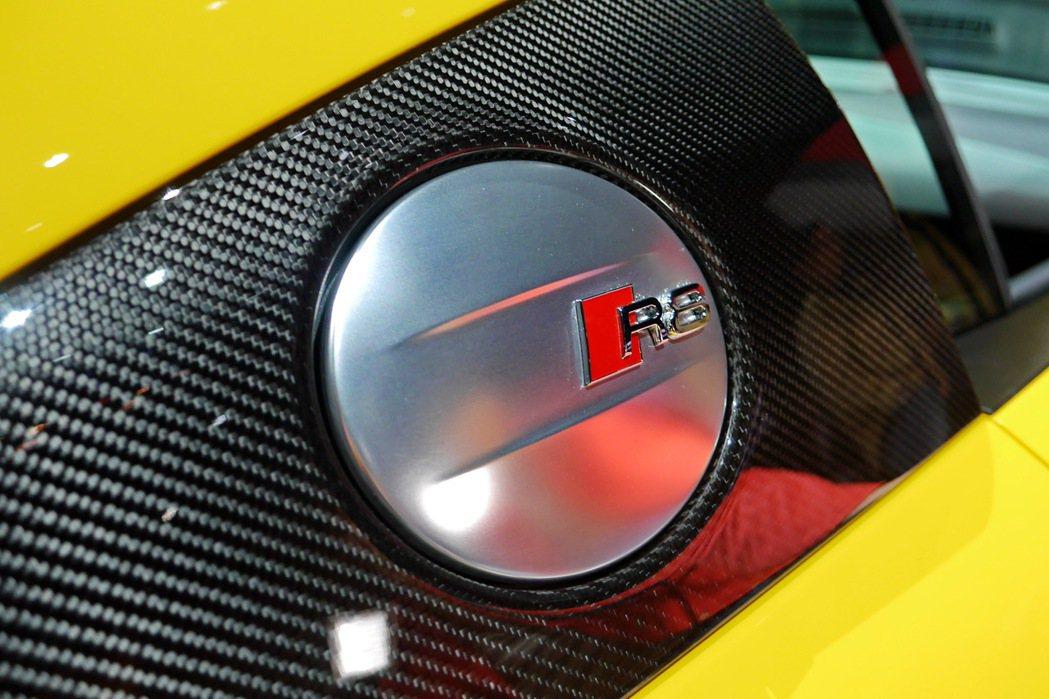 嵌上「R8」字樣的鋁合金油箱蓋。 記者陳威任/攝影