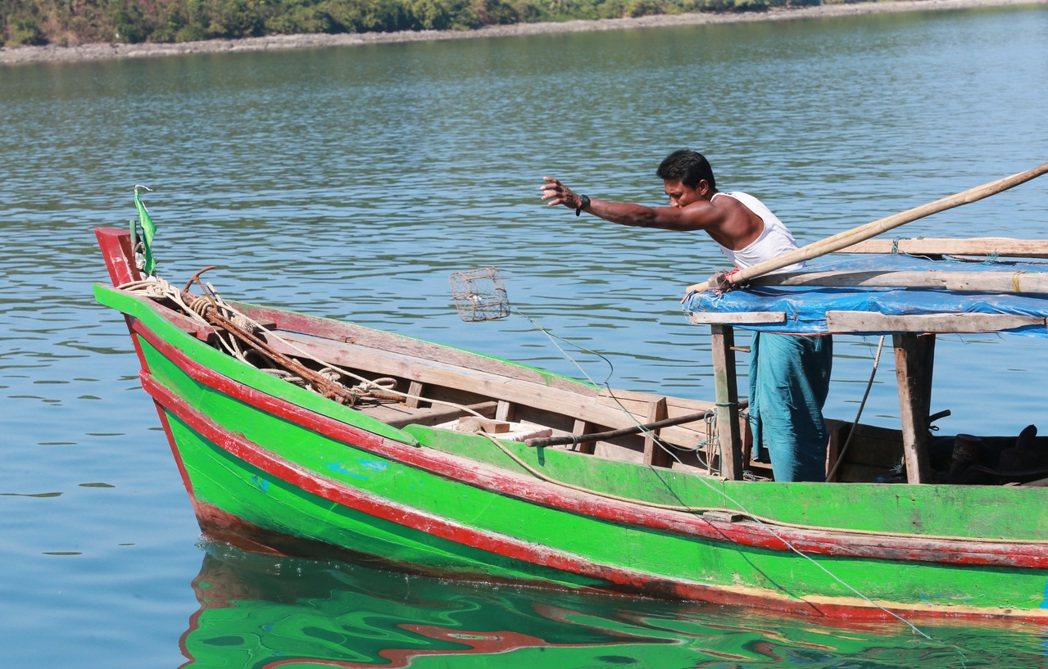 緬甸古亞漁工出海放籠捕鳳螺。 記者黃義書/攝影