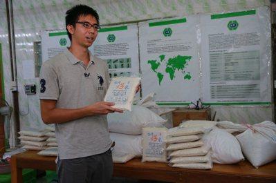 緬甸稻農蔡磊堅推銷台灣米。 記者黃義書/攝影