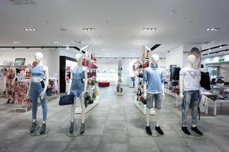 台中老虎城購物中心的全新GUESS專賣店,琳瑯滿目的春夏新品。圖/GUESS提供