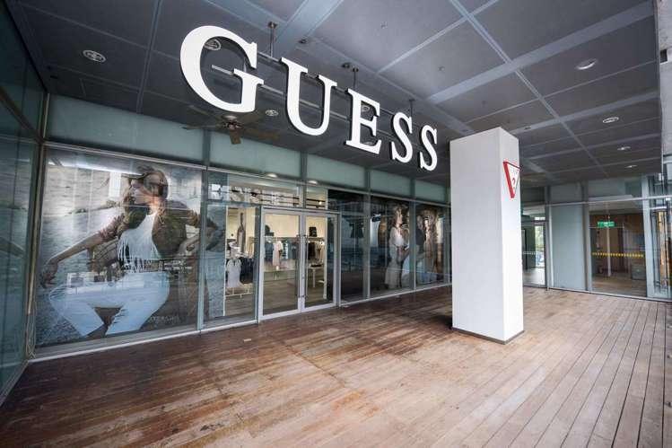 位於台中老虎城購物中心的全新GUESS專賣店。圖/GUESS提供